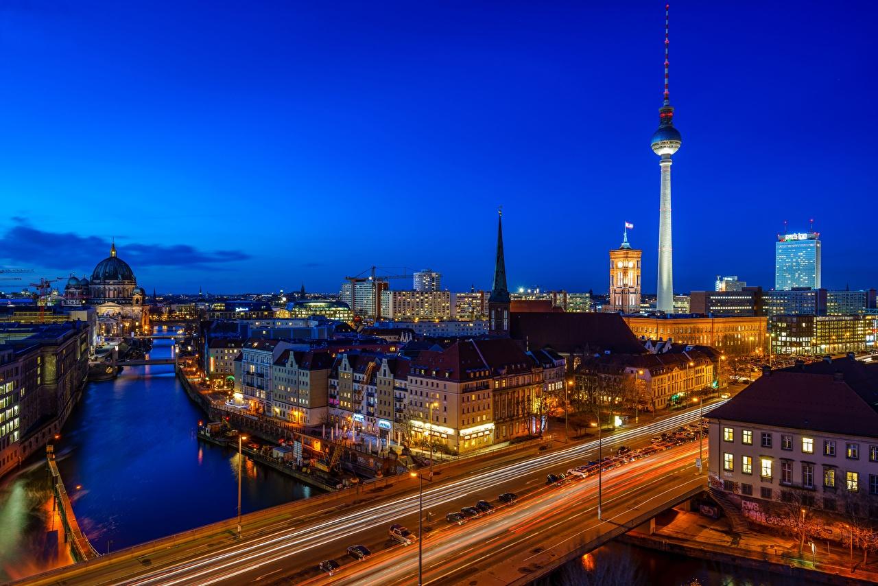 Обои для рабочего стола Берлин Германия Башня Мосты Дороги река в ночи город Здания башни мост Реки Ночь речка ночью Ночные Дома Города