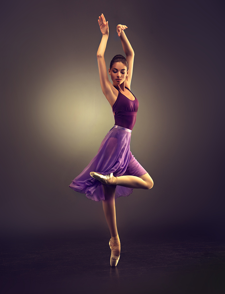 Картинки Шатенка Танцы Девушки Ноги Руки Цветной фон Танцует