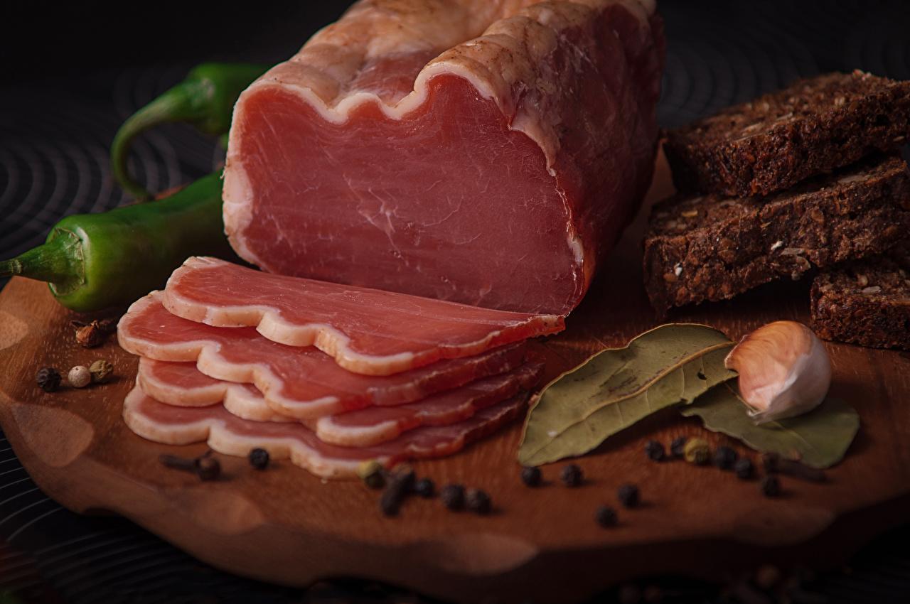 Фотография Перец чёрный Чеснок Ветчина Еда нарезка Мясные продукты Пища Продукты питания Нарезанные продукты