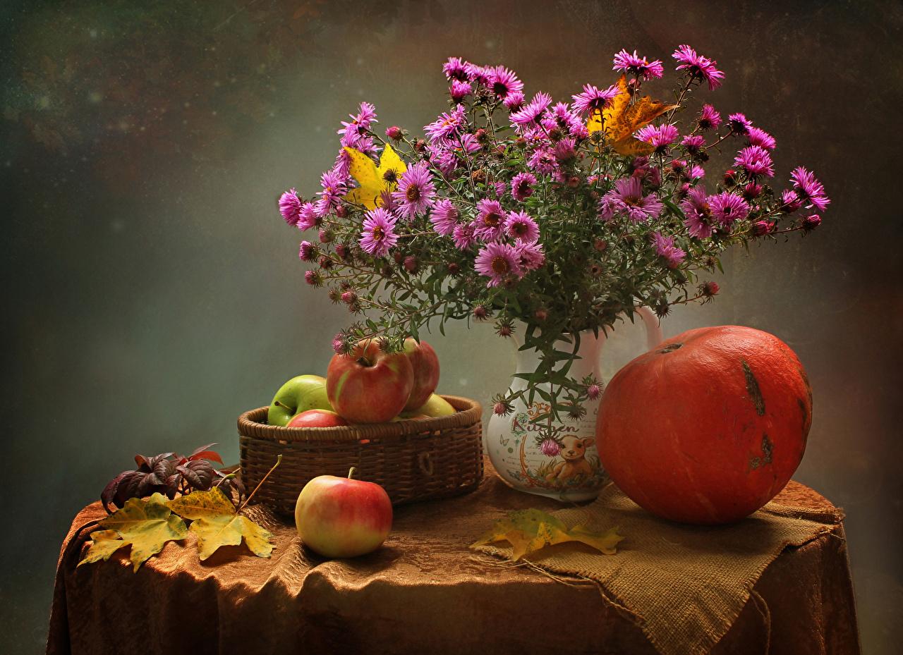 Картинка Листья Тыква розовые Астры Цветы Яблоки корзины Пища Ваза Стол Натюрморт лист Листва розовых Розовый розовая цветок Корзина Корзинка Еда вазы вазе стола столы Продукты питания