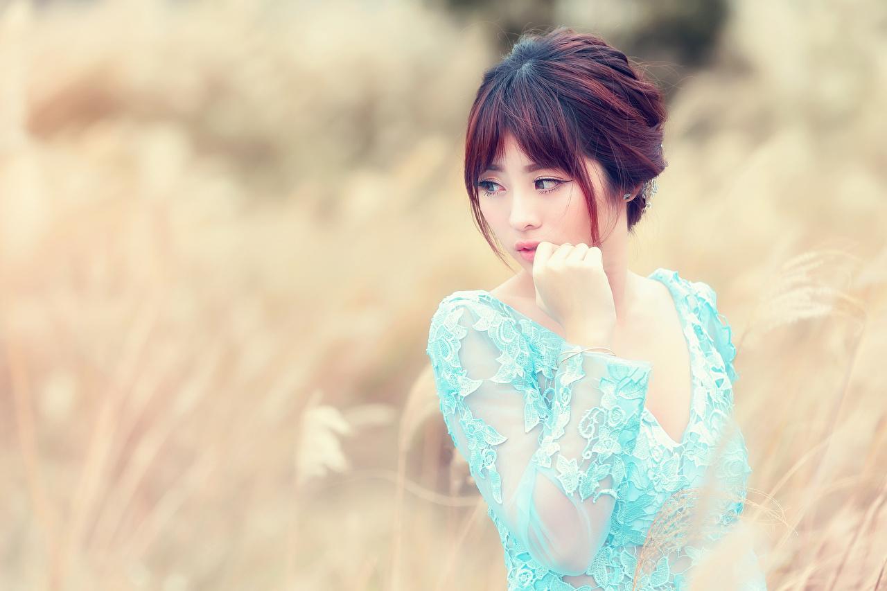 Картинки Размытый фон Девушки азиатки Руки смотрит боке девушка молодые женщины молодая женщина Азиаты азиатка рука Взгляд смотрят