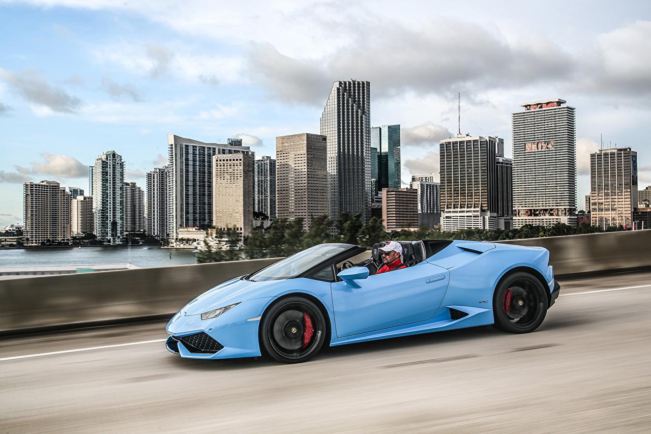 Обои для рабочего стола Ламборгини Huracan LP 610-4 голубых едет Сбоку Автомобили Lamborghini Голубой голубые голубая едущий едущая скорость Движение авто машина машины автомобиль