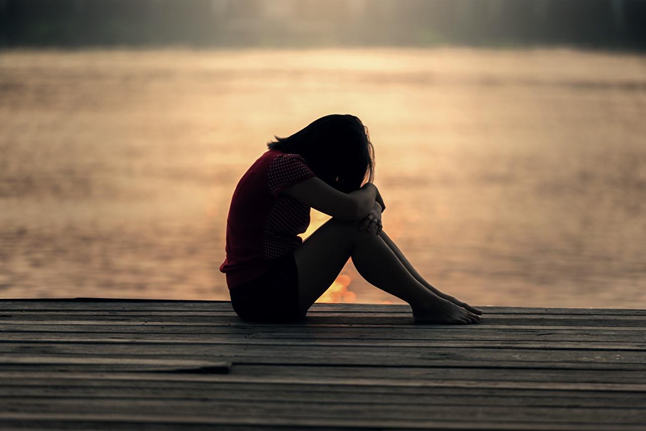 Фотографии одинокая Девушки сидящие одинокий Одиночество девушка молодые женщины молодая женщина сидя Сидит