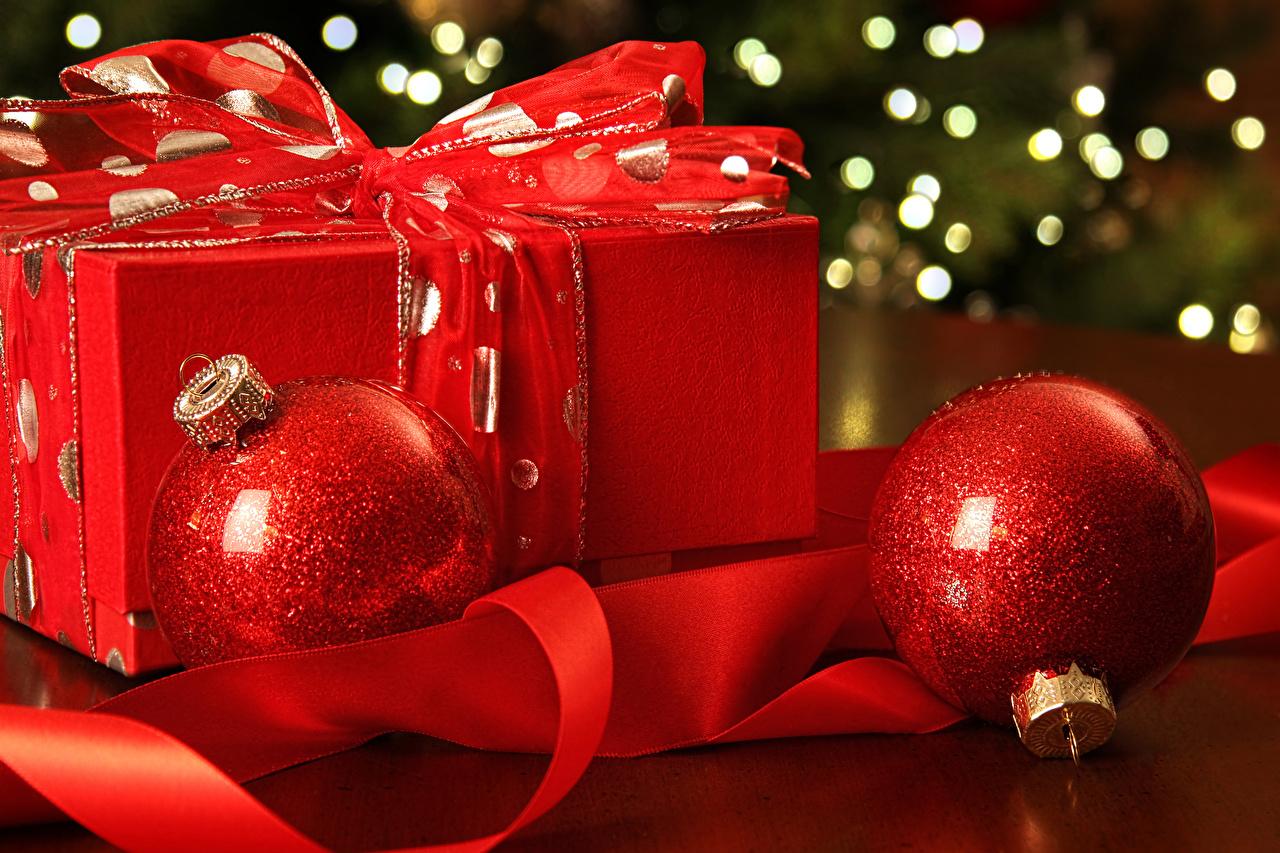 Картинки Новый год Красный Подарки Шар Лента Рождество Шарики ленточка