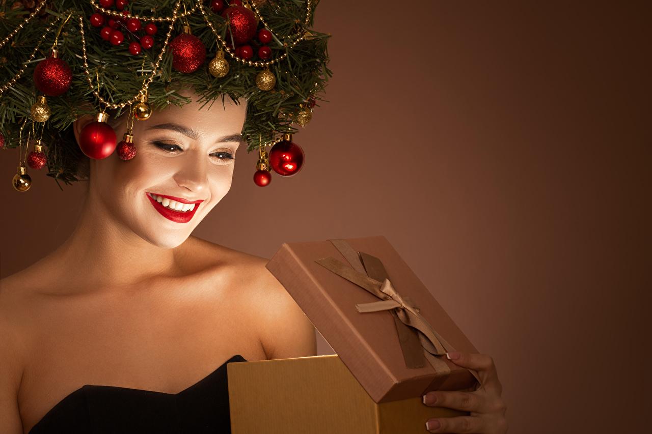 Фотографии Новый год улыбается Лицо Девушки подарков оригинальные ветвь Шарики Красные губы Цветной фон Рождество Улыбка лица девушка молодая женщина молодые женщины Креатив подарок Подарки креативные Шар Ветки ветка на ветке красными губами