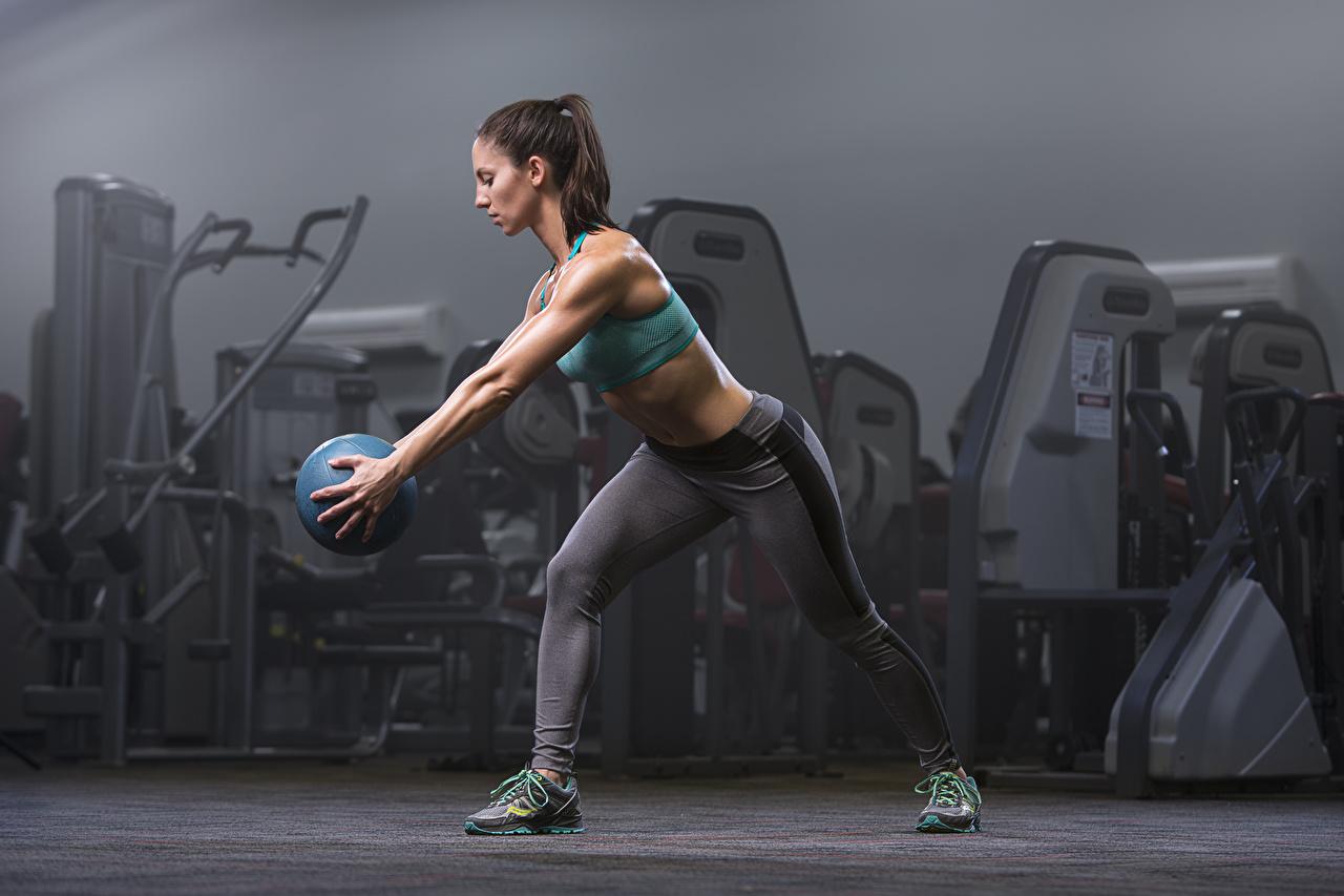 Фото Тренировка Поза Фитнес молодая женщина Ноги Мяч рука Униформа тренируется физическое упражнение позирует девушка Девушки молодые женщины ног Руки Мячик униформе