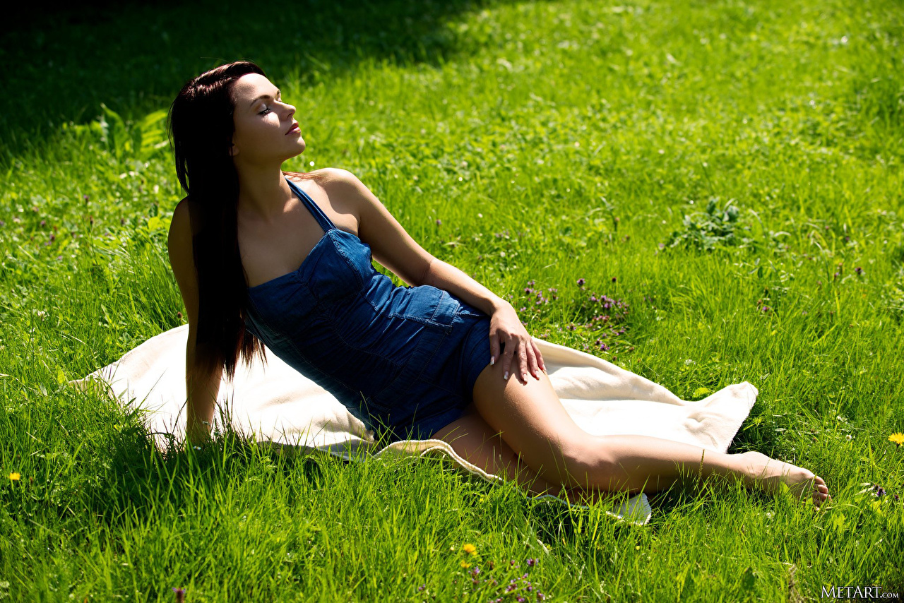 Фото Frida Stark Шатенка Поза Девушки Ноги Трава шатенки позирует девушка молодые женщины молодая женщина ног траве