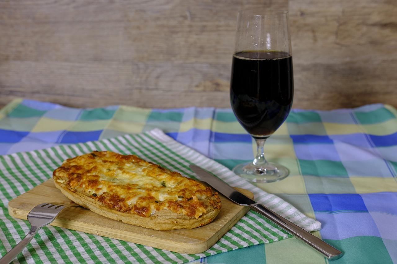 Фото Нож Вино Пицца Пища Бокалы Вилка столовая Разделочная доска ножик Еда Продукты питания
