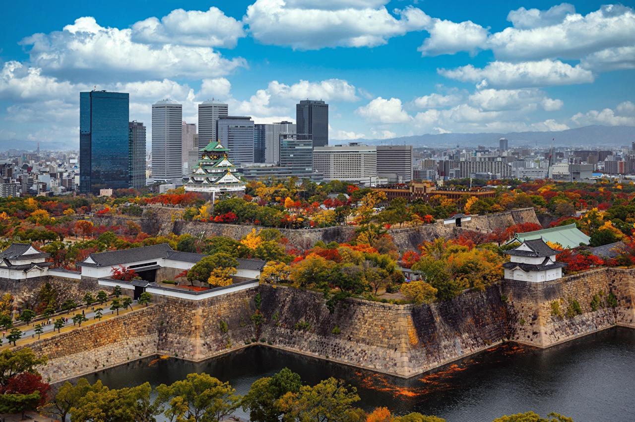 Обои для рабочего стола Япония Osaka Castle Park замок осенние Небоскребы Города Облака дерева Осень Замки город дерево облако Деревья облачно деревьев