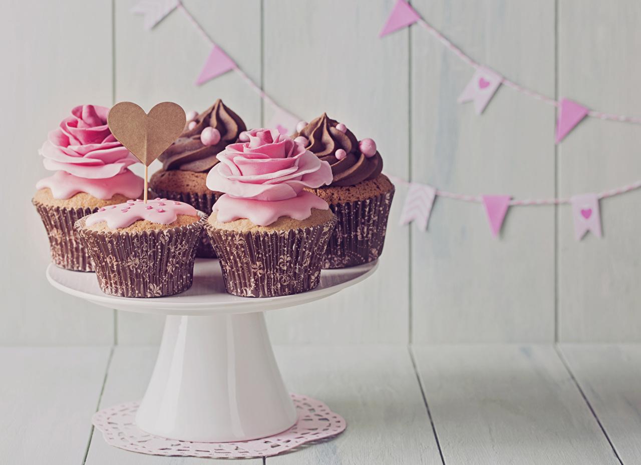 Фотография Сердце Розы Капкейк кекс Пища Сладости Праздники Доски сердечко Еда Продукты питания