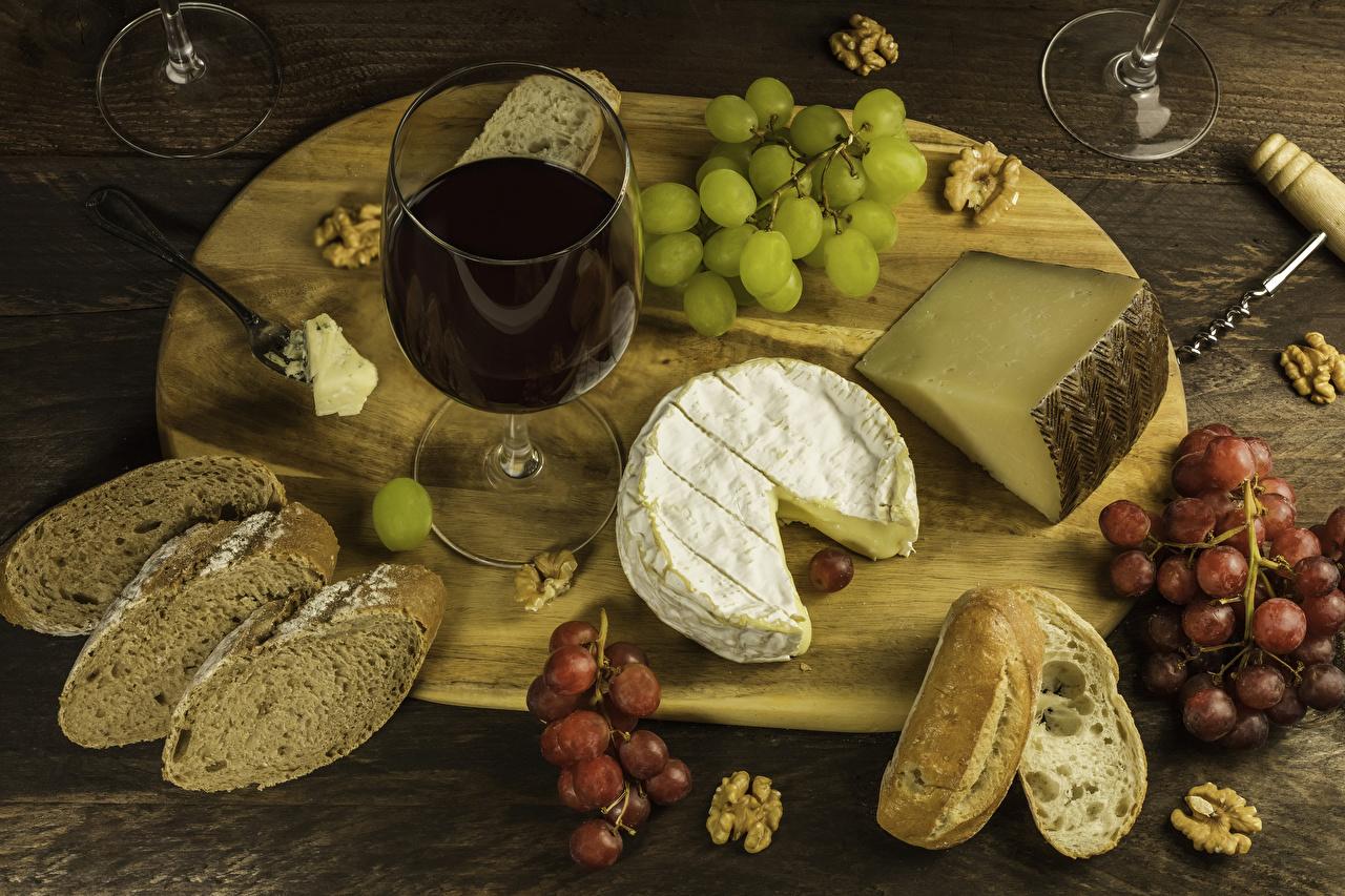 Фотография Вино Сыры Хлеб Виноград Пища Бокалы Разделочная доска Орехи Еда бокал Продукты питания