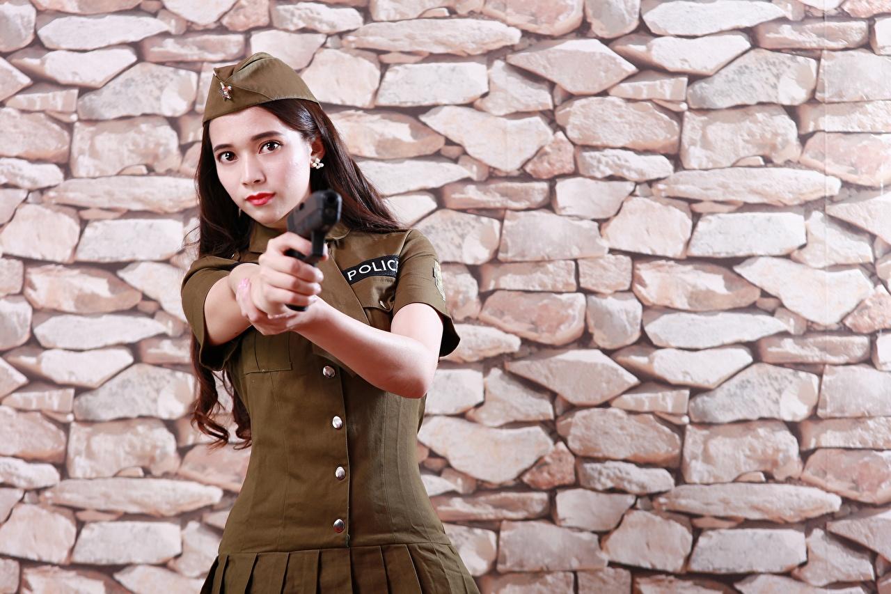 Обои для рабочего стола Пистолеты Полицейские Девушки азиатка рука стене из камня Униформа Взгляд пистолет пистолетом полицейский полицейская полицейский девушка молодая женщина молодые женщины Азиаты азиатки Руки стены Стена стенка Каменные униформе смотрит смотрят
