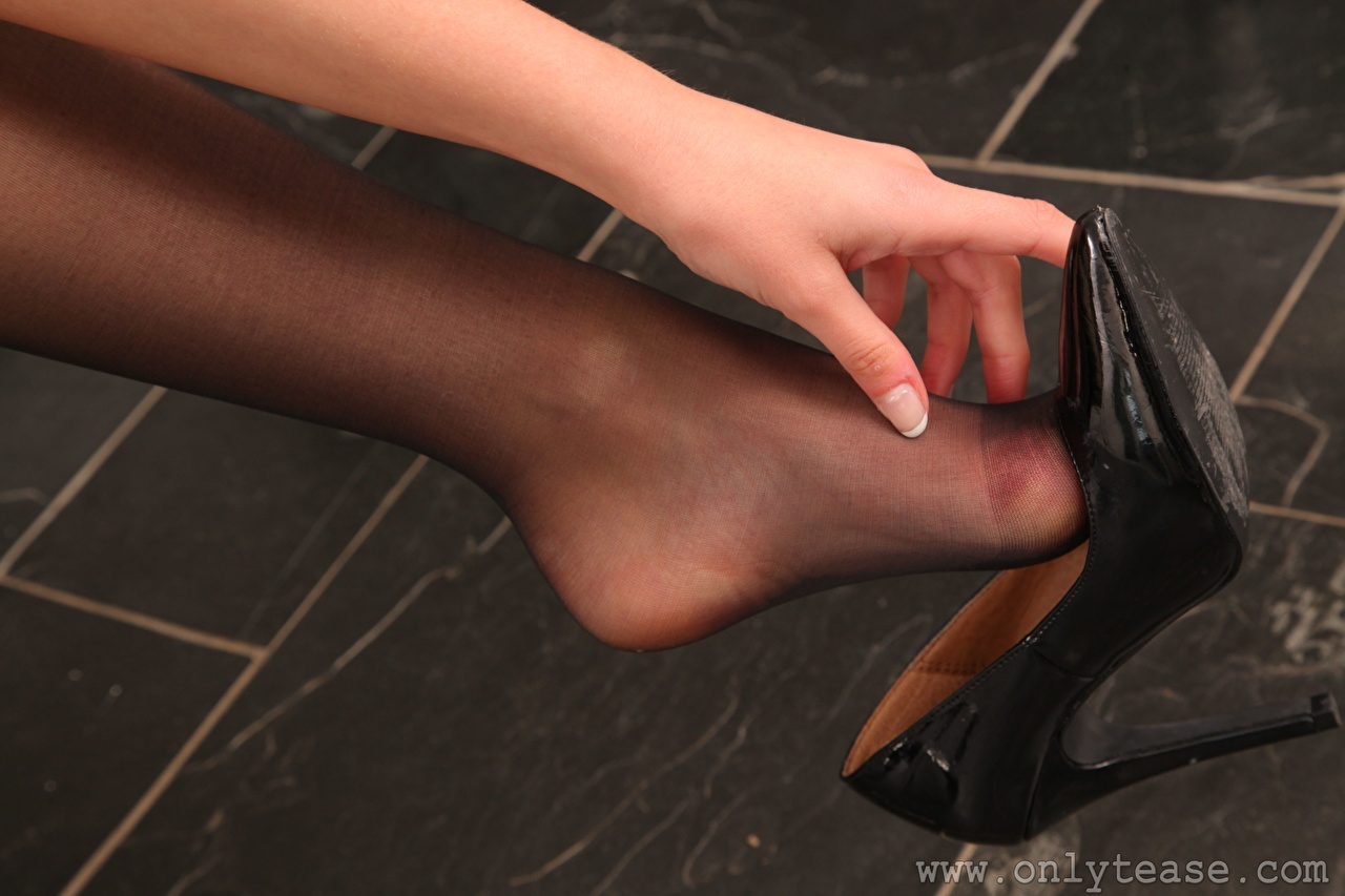 Обои для рабочего стола колготках Девушки ног Руки вблизи туфлях колготок Колготки девушка молодая женщина молодые женщины Ноги рука Крупным планом Туфли туфель