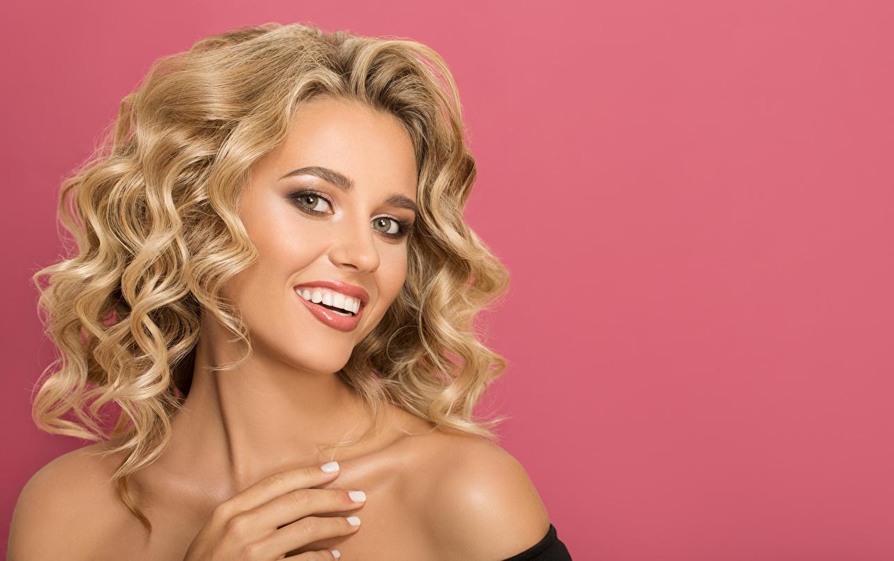 Фотография Блондинка Улыбка лица молодая женщина Пальцы Цветной фон блондинок блондинки улыбается Лицо Девушки девушка молодые женщины