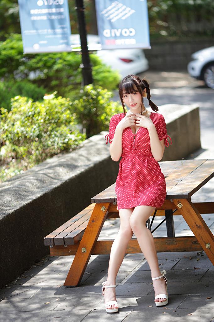 Картинка Коса молодая женщина ног азиатки смотрит платья  для мобильного телефона косы косички девушка Девушки молодые женщины Ноги Азиаты азиатка Взгляд смотрят Платье