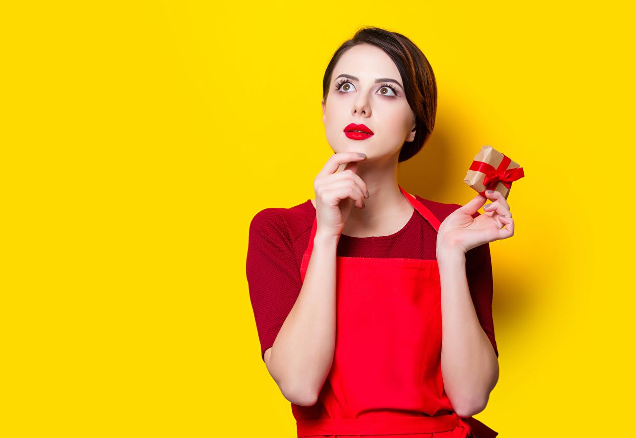 Фотографии Шатенка молодые женщины подарков Руки смотрит красными губами Цветной фон шатенки девушка Девушки молодая женщина подарок Подарки рука Взгляд смотрят Красные губы