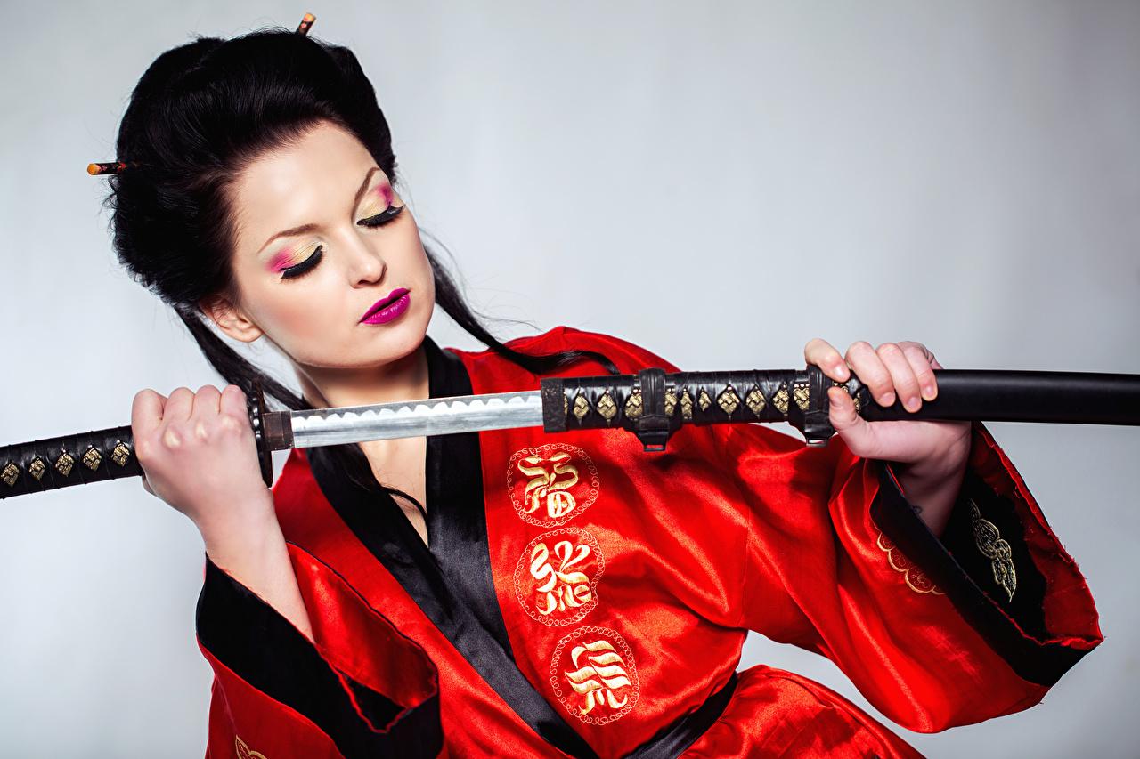 Картинка меч брюнетки Катана Макияж Кимоно молодая женщина рука сером фоне Мечи меча с мечом Брюнетка брюнеток мейкап косметика на лице девушка Девушки молодые женщины Руки Серый фон