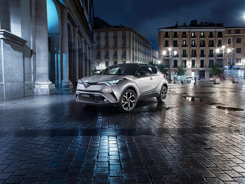 Фотографии Toyota Кроссовер C-HR Серебристый улиц Ночные Автомобили Тойота CUV серебряный серебряная серебристая Улица улице Авто Ночь ночью в ночи Машины