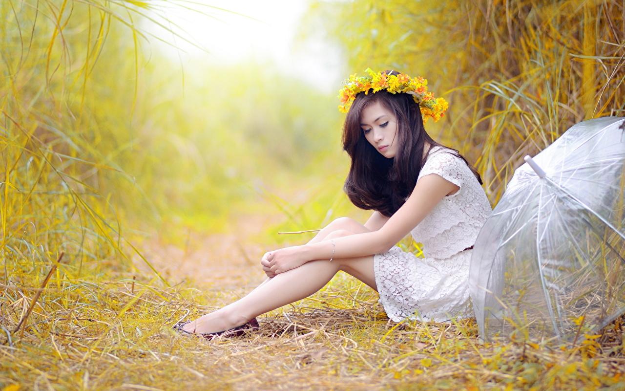 Фотография брюнетки венком молодые женщины Ноги Азиаты рука Трава Сидит Сбоку зонтик Брюнетка брюнеток Венок девушка Девушки молодая женщина ног азиатки азиатка сидя Зонт Руки траве зонтом сидящие