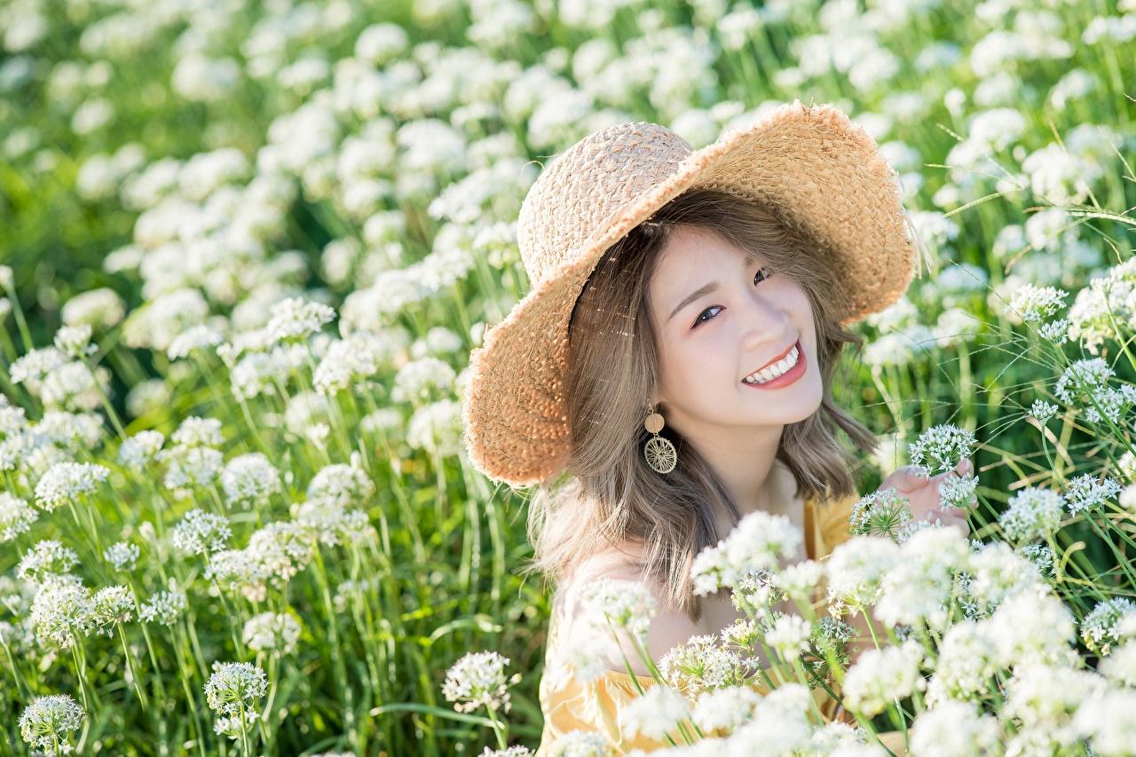 Обои для рабочего стола Улыбка Миленькие шляпе девушка Луга азиатка улыбается милая милый Милые Шляпа шляпы Девушки молодые женщины молодая женщина Азиаты азиатки