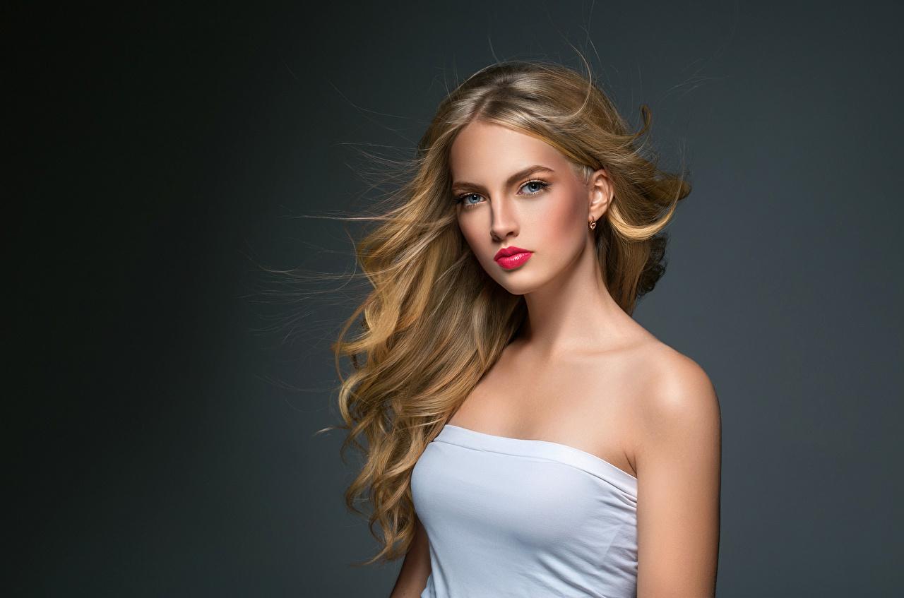Картинки Блондинка Волосы Девушки Взгляд Серый фон смотрит