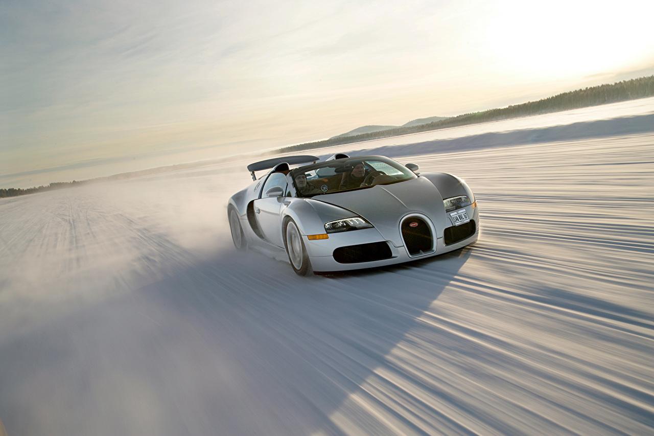 Фотография BUGATTI 2008 Veyron Grand Sport Roadster US-spec Родстер Серебристый Снег едущий авто серебряный серебряная серебристая едет снега снеге снегу едущая Движение скорость машина машины автомобиль Автомобили