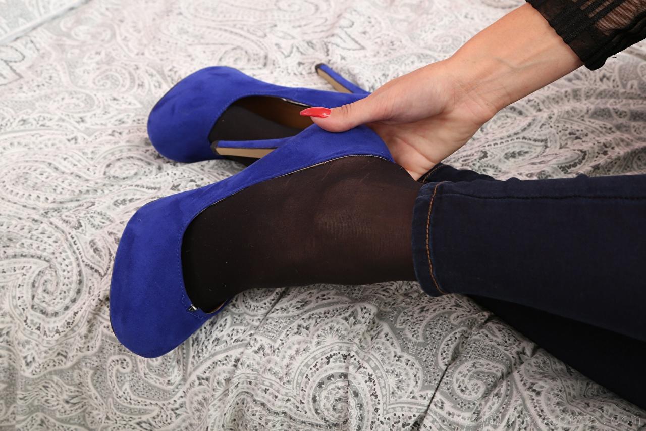 Картинки маникюра Девушки ног рука Крупным планом туфель Маникюр девушка молодые женщины молодая женщина Ноги Руки вблизи Туфли туфлях