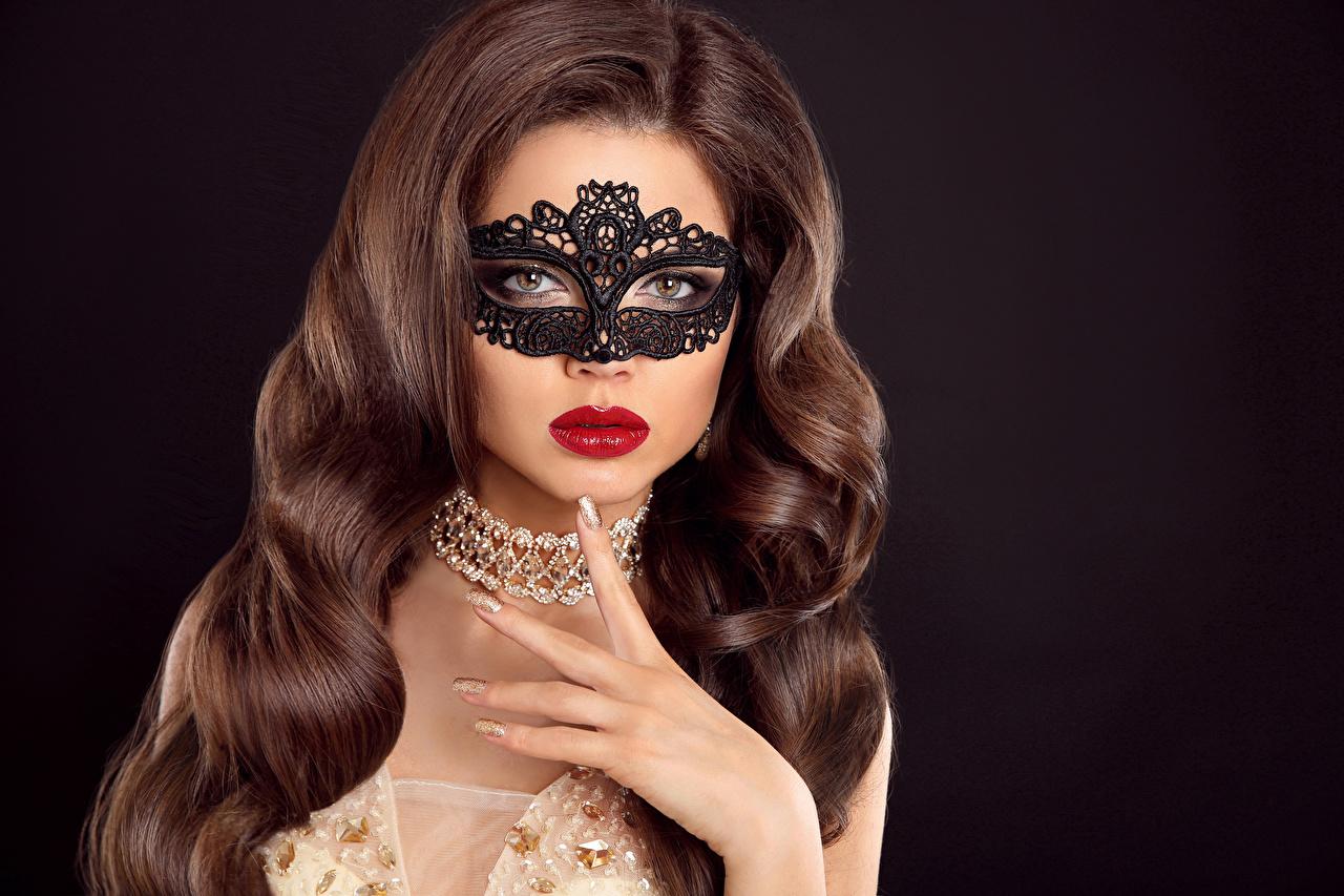Обои девушка Черный фон шатенки красными губами Маски Пальцы Волосы ожерельем Украшения Девушки молодые женщины молодая женщина на черном фоне Шатенка Красные губы волос ожерелья Ожерелье