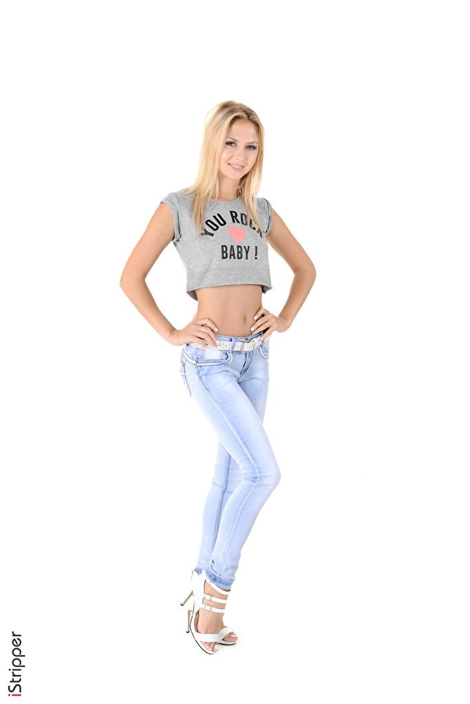 Картинка Блондинка Улыбка iStripper Kristina Девушки Футболка Ноги джинсов рука белым фоном  для мобильного телефона блондинки блондинок улыбается девушка футболке молодая женщина молодые женщины ног Джинсы Руки Белый фон белом фоне