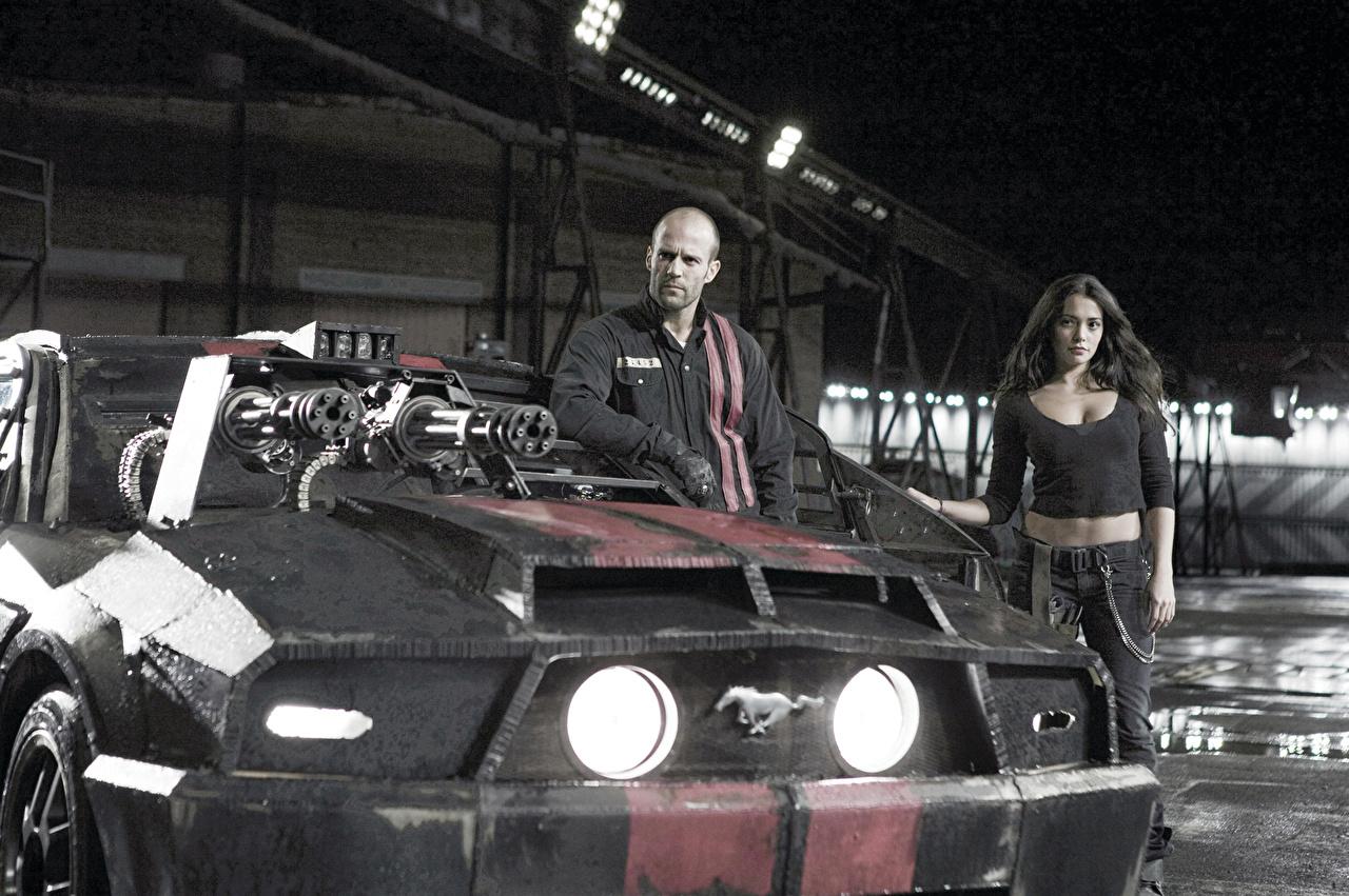 Картинки Смертельная гонка Джейсон Стэтхэм пулемет мужчина кино фар Спереди Автомобили Jason Statham Пулеметы Мужчины Фильмы Фары авто машины машина автомобиль