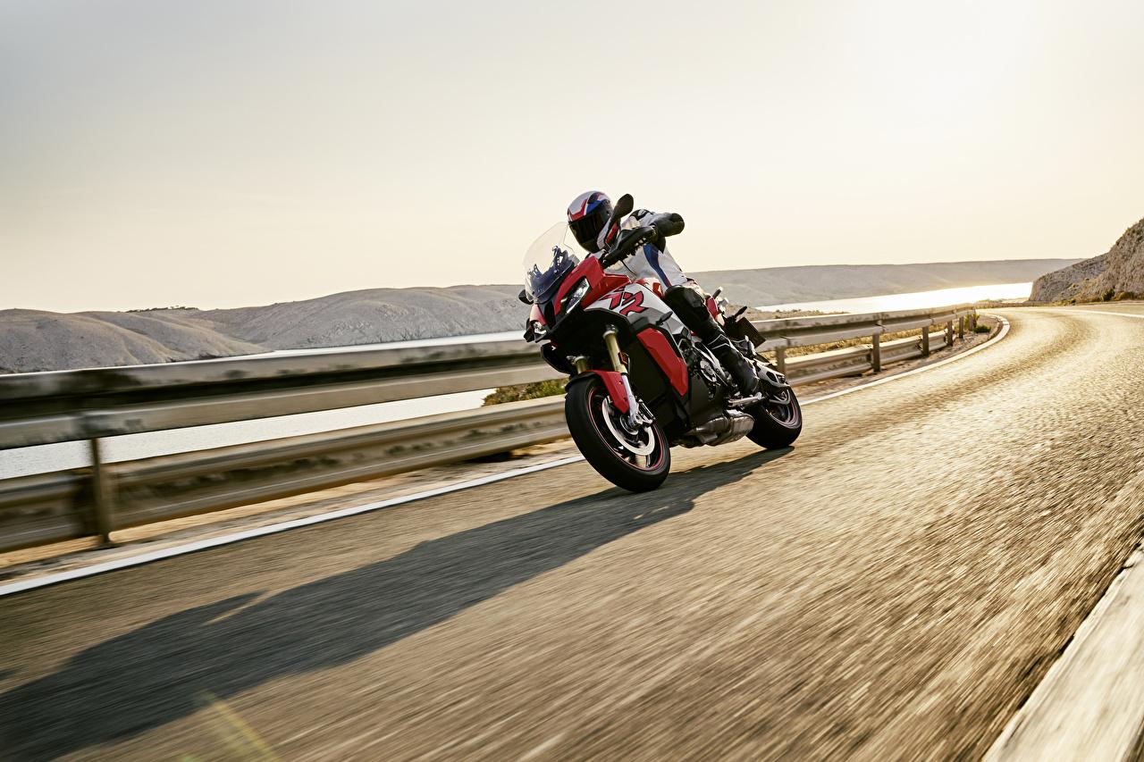 Картинка БМВ 2020 S 1000 XR Мотоциклы едущий Мотоциклист BMW - Мотоциклы мотоцикл едет едущая Движение скорость