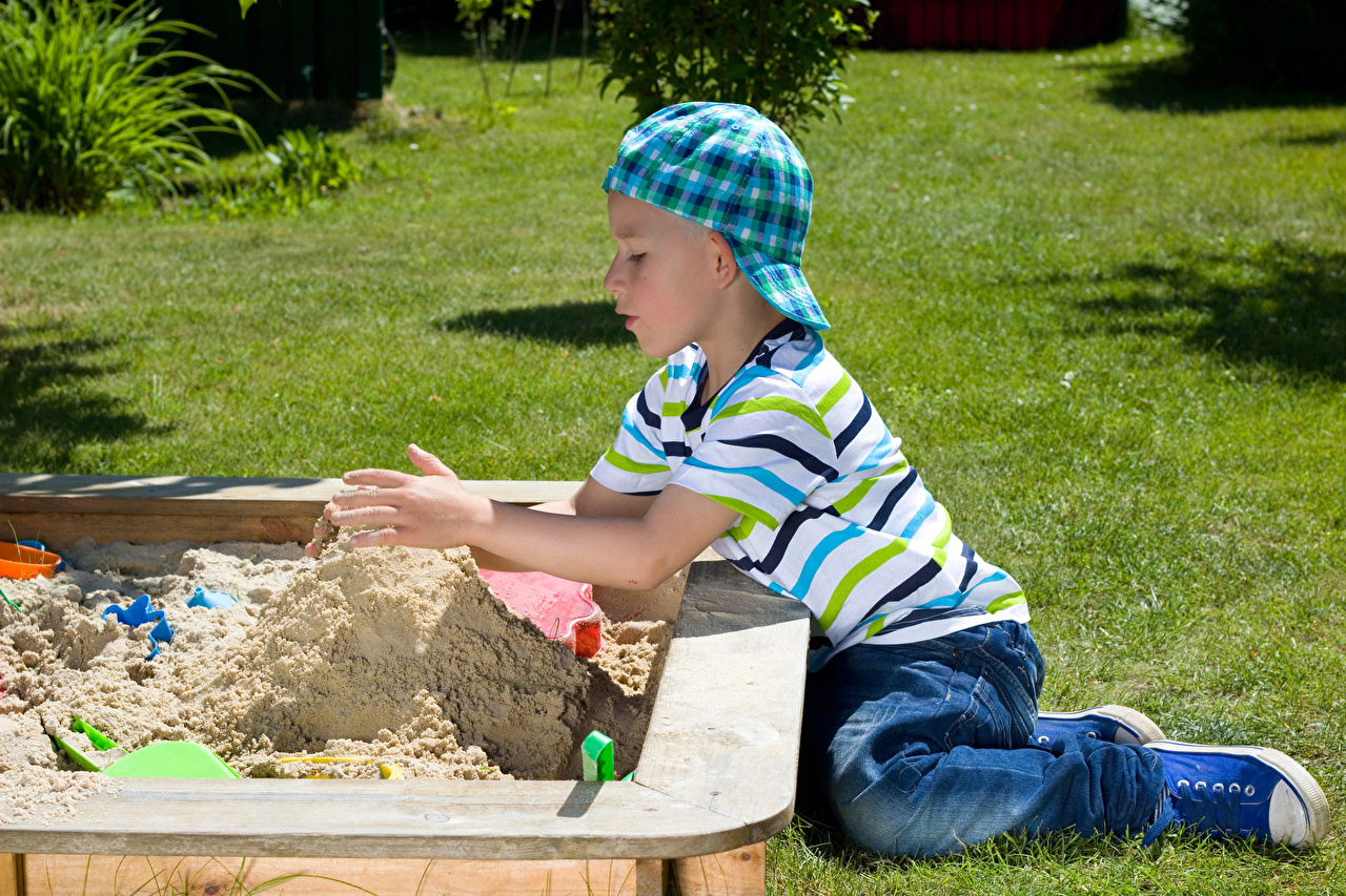 Фото Мальчики Играет Дети песка Бейсболка мальчик мальчишки мальчишка играют ребёнок песке Песок Кепка кепке кепкой