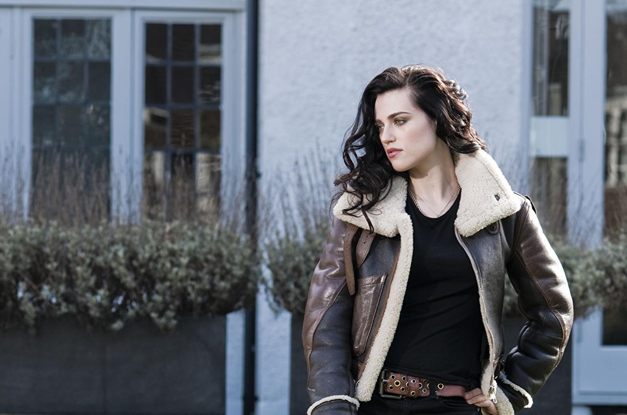 Картинки Кэти МакГрат брюнетки куртках девушка Знаменитости Katie McGrath Брюнетка брюнеток куртке куртки Куртка Девушки молодая женщина молодые женщины