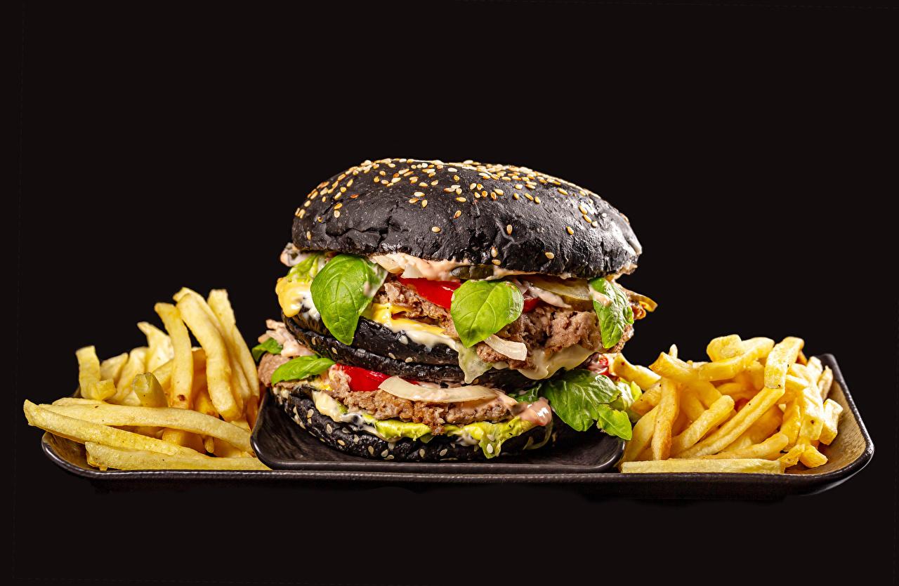 Обои для рабочего стола Котлеты Черный Гамбургер Картофель фри Еда на черном фоне котлета черная черные черных Пища Продукты питания Черный фон