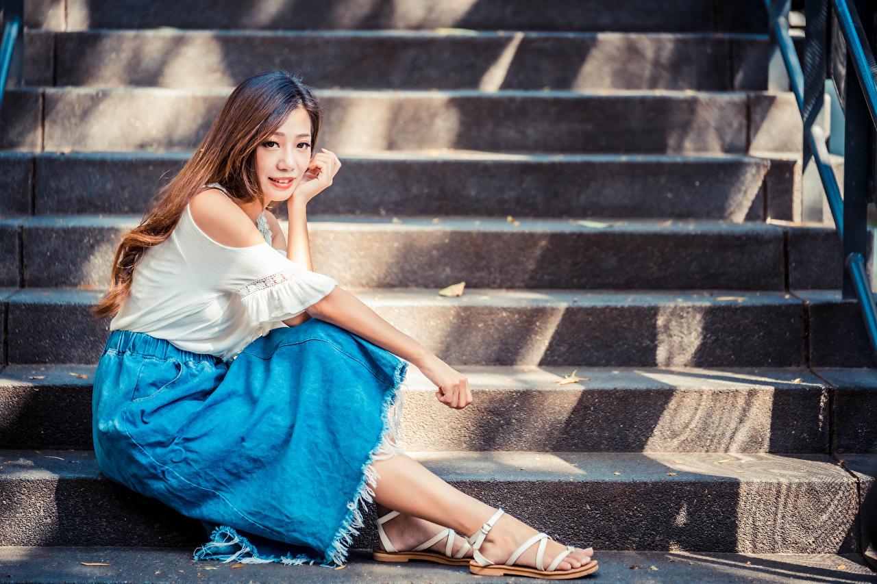 Фото шатенки лестницы молодая женщина азиатка Сидит Взгляд Шатенка Девушки девушка Лестница молодые женщины Азиаты азиатки сидя сидящие смотрит смотрят
