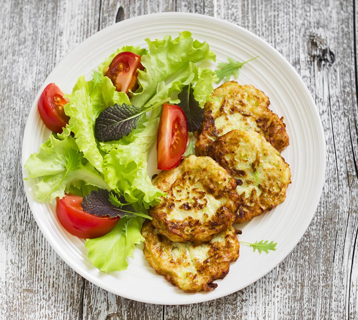 Обои для рабочего стола Блины Помидоры Еда Овощи Тарелка Томаты Пища тарелке Продукты питания