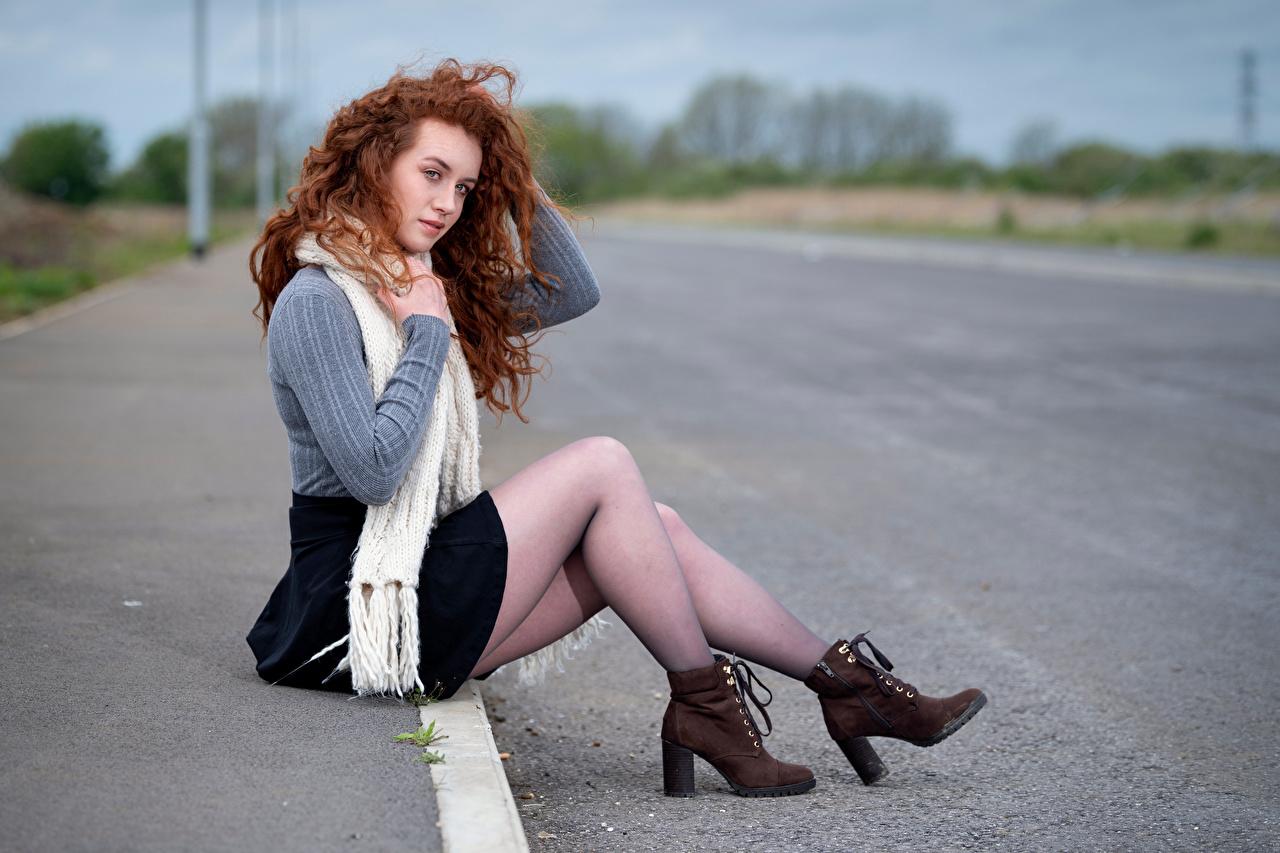 Фотографии рыжие шарфе боке ботинка молодые женщины Ноги свитера Сидит Рыжая рыжих Шарф шарфом Размытый фон Ботинки девушка Девушки ботинках молодая женщина ног Свитер свитере сидя сидящие