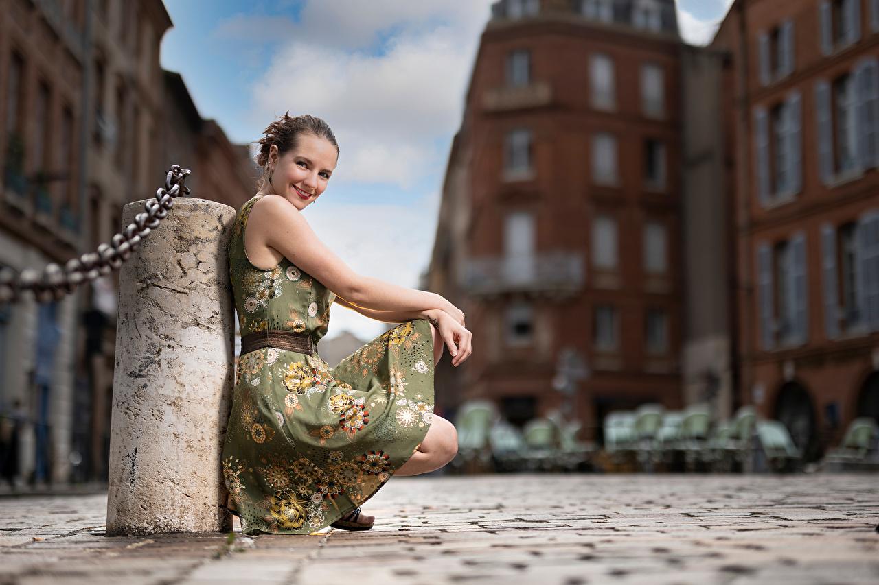 Фотография улыбается Размытый фон позирует Девушки Сидит Взгляд платья Улыбка боке Поза девушка молодая женщина молодые женщины сидя сидящие смотрит смотрят Платье