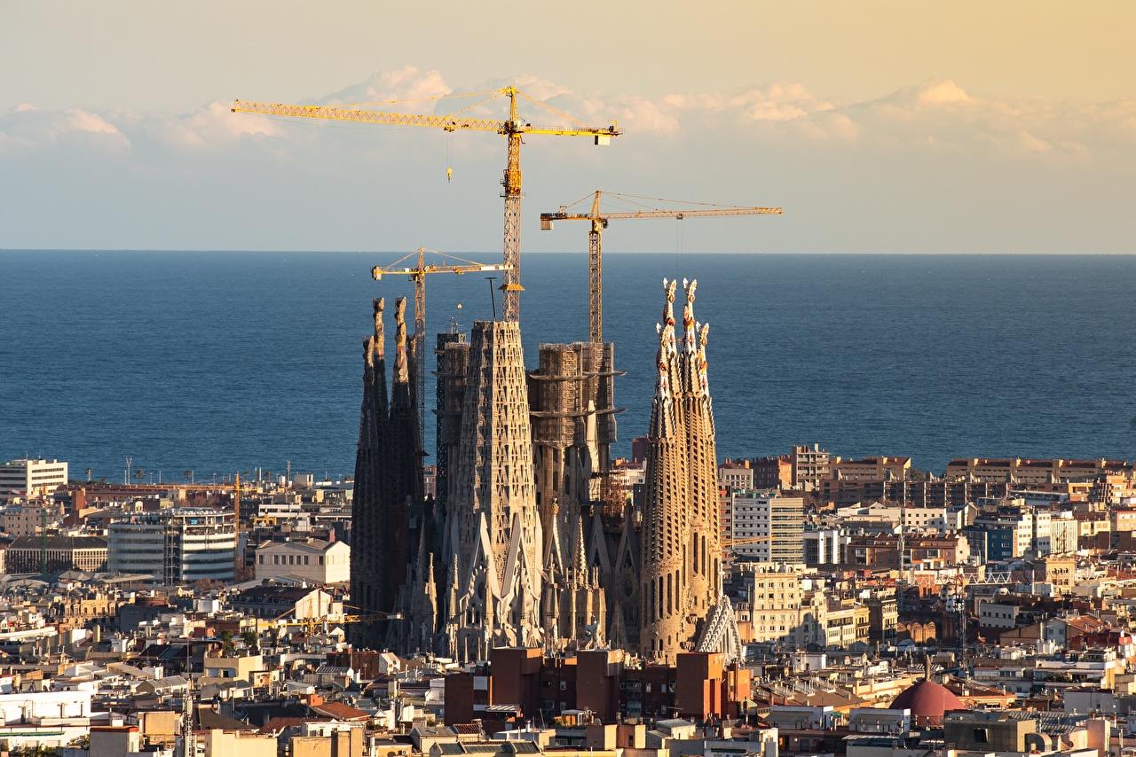 Фото Церковь Барселона Испания Sagrada Familia, Catalonia Горизонт Города горизонта город