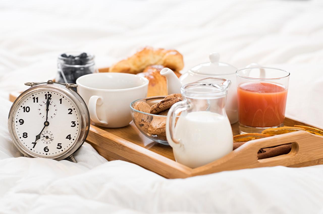 Картинки Молоко Сок Часы Завтрак Стакан Кувшин Еда Чашка стакана стакане Пища чашке Продукты питания