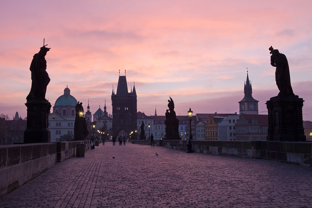 Обои для рабочего стола город Прага Чехия Мосты Вечер Карлов мост скульптура Уличные фонари Города мост Скульптуры