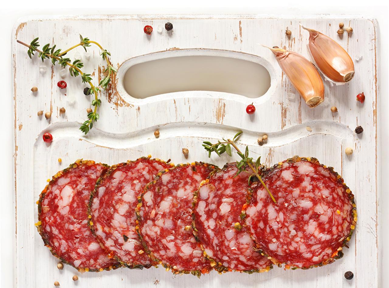 Фотография Колбаса Чеснок Еда Нарезанные продукты Пища нарезка Продукты питания
