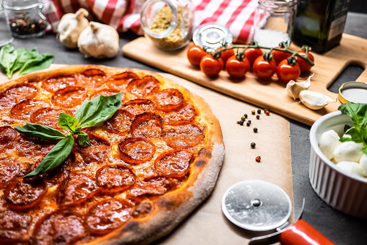 Обои для рабочего стола Пицца Колбаса Пища Специи Еда приправы пряности Продукты питания