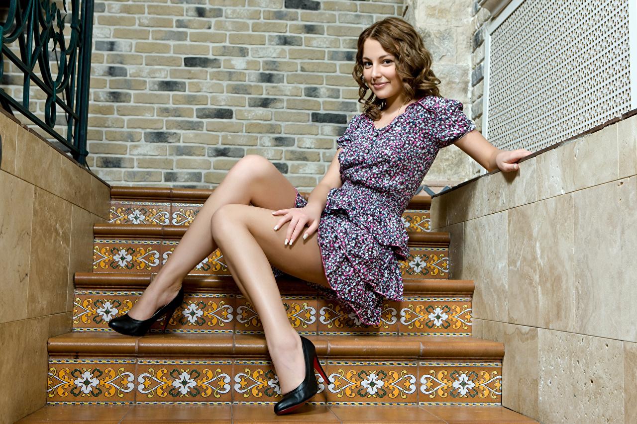 Фото Шатенка Лестница молодая женщина Ноги Руки Сидит Платье Туфли шатенки Девушки девушка лестницы молодые женщины ног рука сидя сидящие платья туфель туфлях
