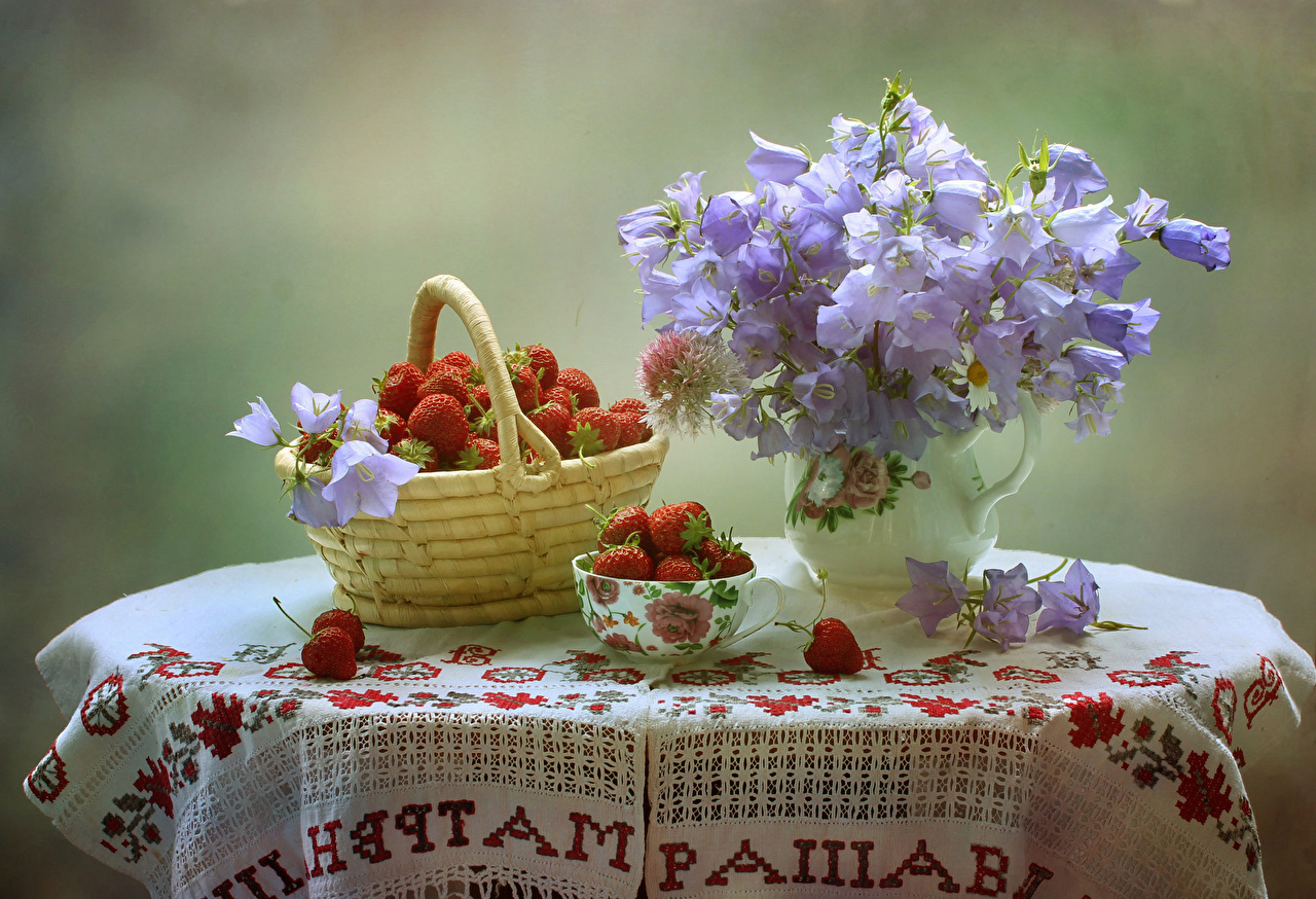 Картинки Букеты цветок корзины Клубника Колокольчики - Цветы Пища Ваза стола Натюрморт букет Цветы Корзина Корзинка Еда вазы вазе Стол столы Продукты питания