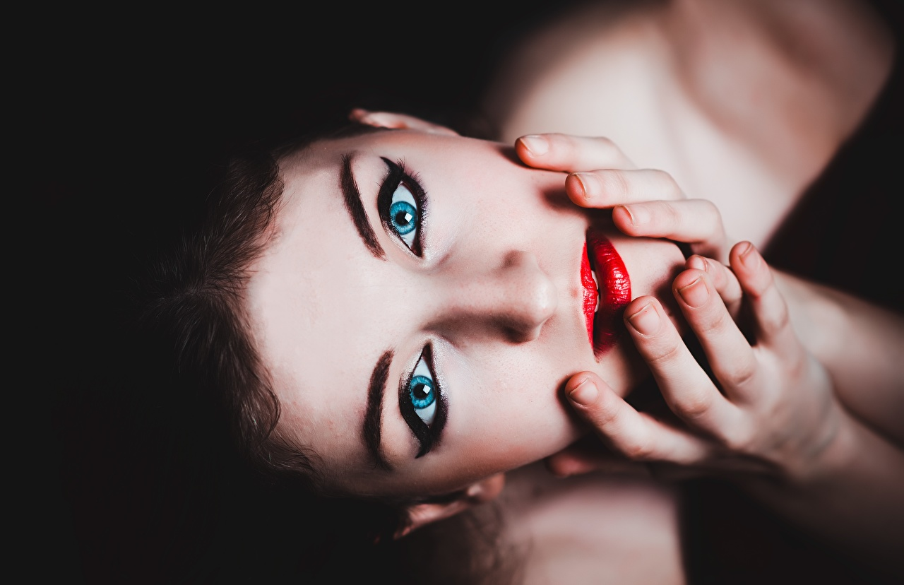 Картинки Глаза Макияж Девушки Пальцы Черный фон Красные губы мейкап