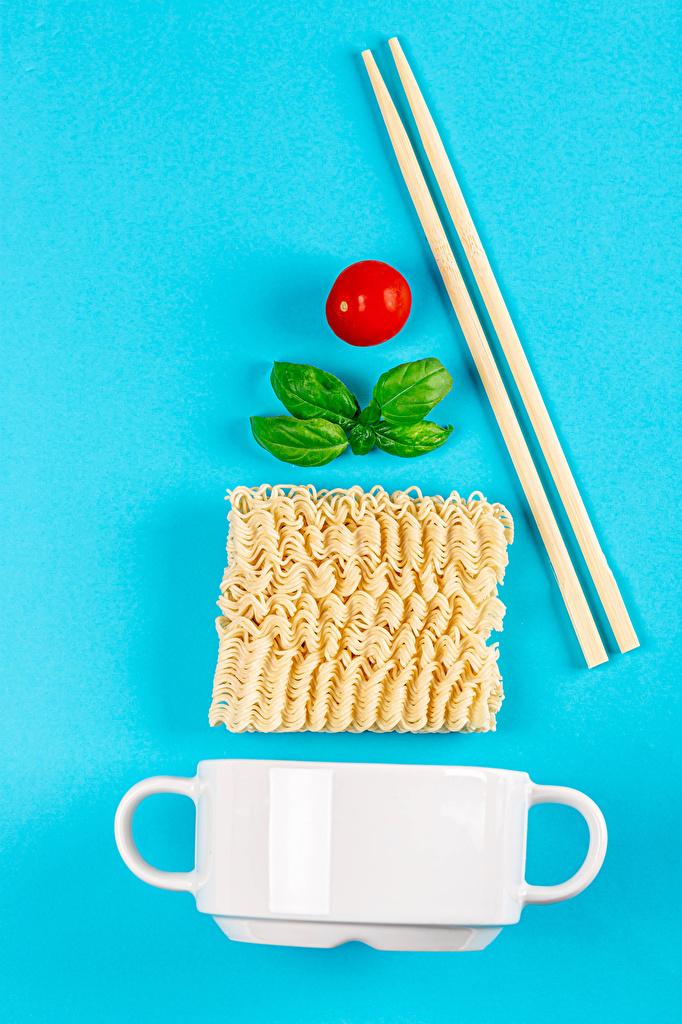 Фотография Instant noodle Помидоры Макароны Кружка Палочки для еды Продукты питания Цветной фон  для мобильного телефона Томаты Еда Пища кружки кружке