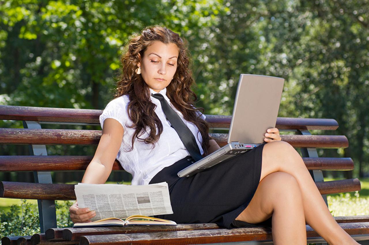 Фотография Ноутбуки Юбка Шатенка Девушки Ноги Скамья сидящие ноутбук юбке юбки шатенки ног сидя Сидит Скамейка