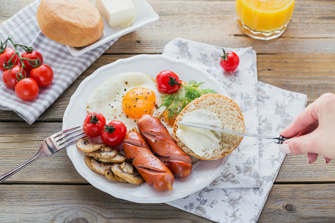 Картинки яичницы Завтрак Помидоры Хлеб Сосиска Еда Овощи тарелке Яичница глазунья Томаты Пища Тарелка Продукты питания