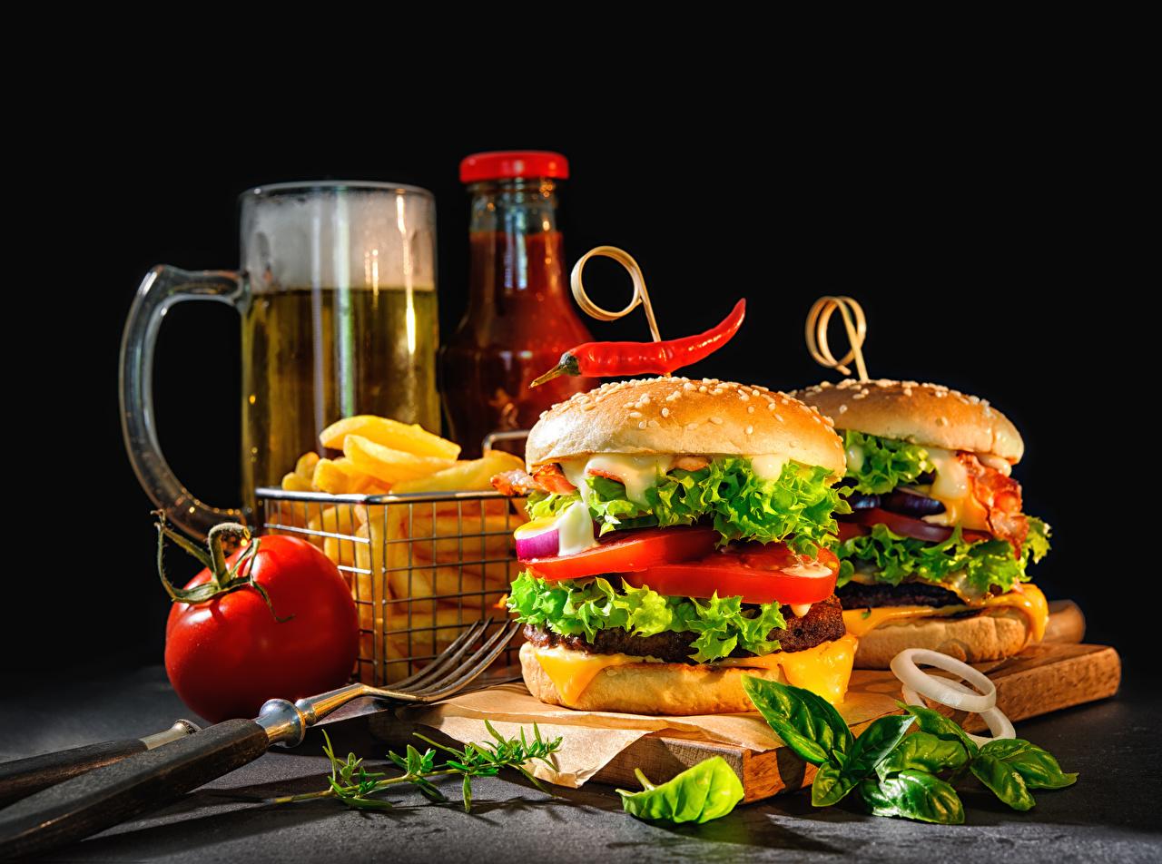 Фото Пиво Томаты Гамбургер Еда Овощи Вилка столовая Черный фон Помидоры Пища вилки Продукты питания на черном фоне